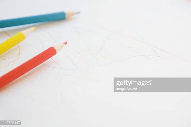 Lápices de colorante y dibujo de niño