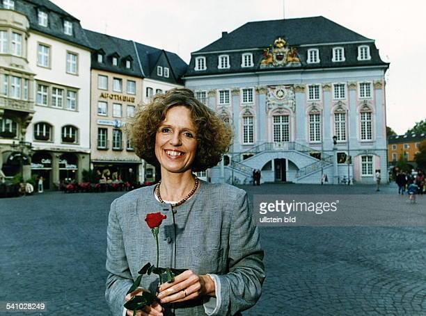 COLPolitikerin SPD D neue Oberbügermeisterin von Bonn vor dem alten Bonner Rathaus 00111994