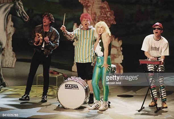COLPopgruppe D während eines Auftritts 1994