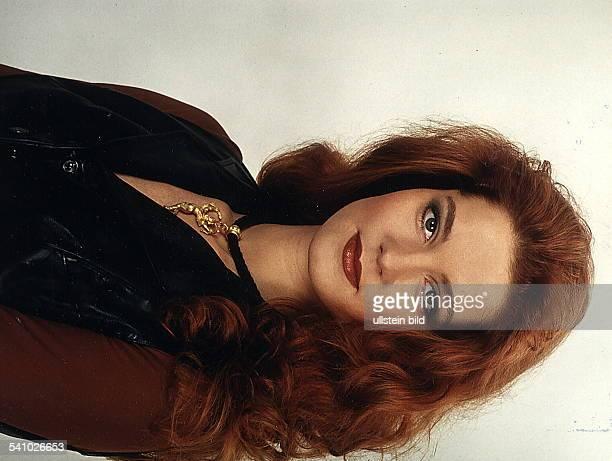 - COLSchauspielerin, DMitwirkende bei der Fernsehshow'RTL-Samstag Nacht'.- 00.00.1994