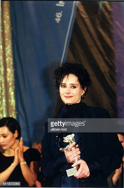 COLSchauspielerin F erhält auf den FilmfestspielenBerlin den Silbernen Bären für dieweibliche Hauptrolle in dem französischenSpielfilm 'Mein Mann'...