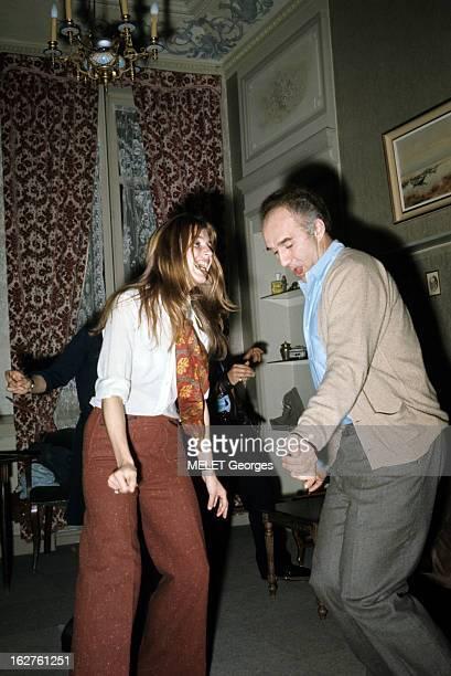 ColseUp Johanna Shimkus En mars 1969 dans un salon l'actrice Johanna SHIMKUS souriante dansant face à l'acteur Michel PICCOLI