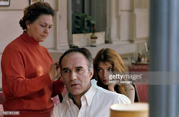 ColseUp Johanna Shimkus En mars 1969 l'acteur Michel PICCOLI se faisant coiffer par une femme non identifiée assis devant l'actrice Johanna SHIMKUS