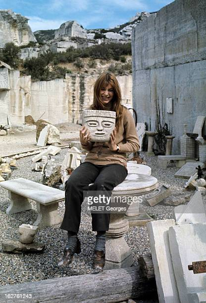 ColseUp Johanna Shimkus En mars 1969 portrait de l'actrice Johanna SHIMKUS souriante assise sur une table en pierre dans une carrière tenant une...