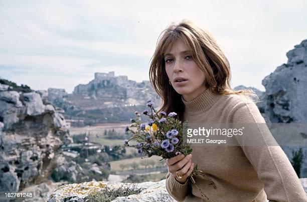 ColseUp Johanna Shimkus En mars 1969 portrait de l'actrice Johanna SHIMKUS tenant un bouquet de fleurs parmi des rochers