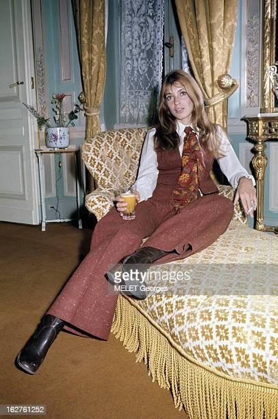 ColseUp Johanna Shimkus En mars 1969 portrait de l'actrice Johanna SHIMKUS assise sur une méridienne dans un salon vêtue d'un pantalon rouge avec...