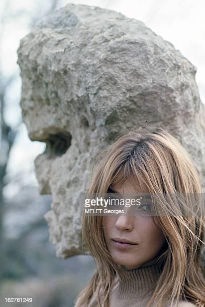 ColseUp Johanna Shimkus En mars 1969 portrait en extérieur de l'actrice Johanna SHIMKUS devant une sculpture