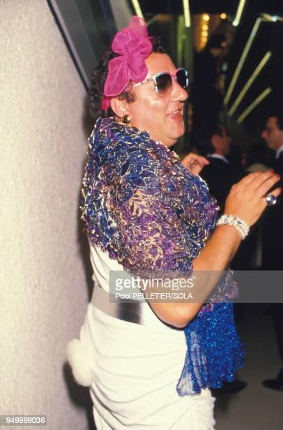 Coluche travesti en femme au Festival de Cannes le 8 mai 1986 France