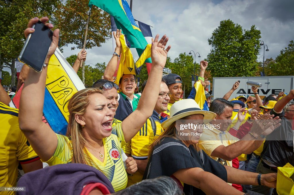 Crowds Fill The Centre Of Paris To Welcome The Tour De France Cyclists : ニュース写真