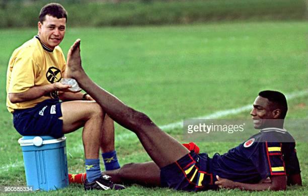 Columbian soccer player Harold Lozano has ice put on his foot in Asuncion Paraguay 27 June 1999 Un ayudante no identificado atiende una lesion del...