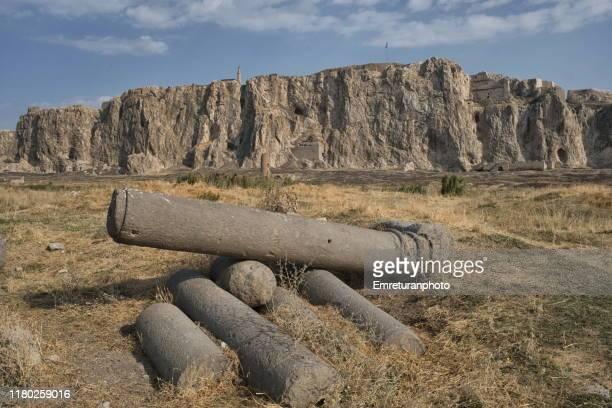 columns at old van city ruins and van castle at the background. - emreturanphoto - fotografias e filmes do acervo