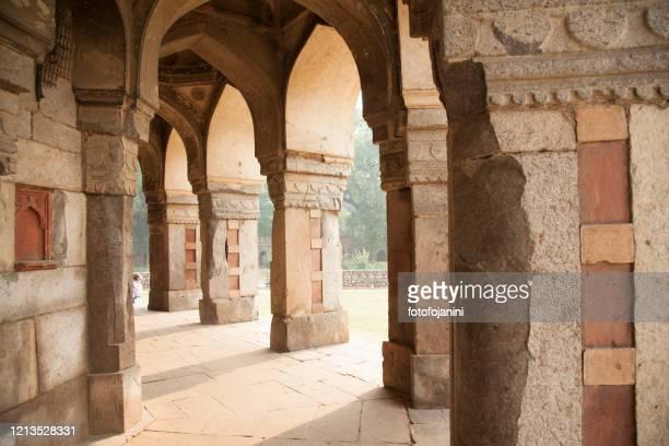 columns of palace of tomb isa khan niyazi in delhi - fotofojanini foto e immagini stock