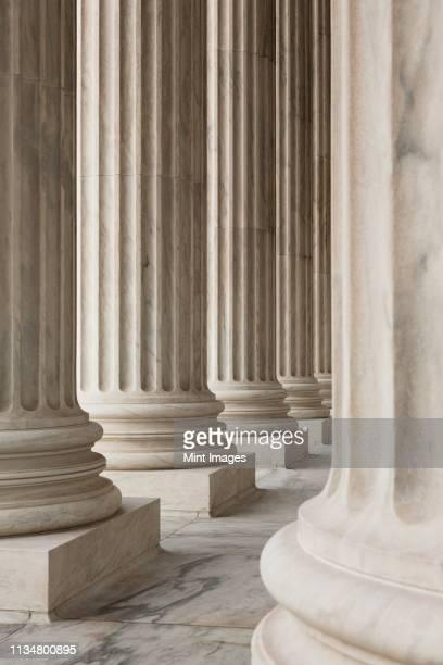 columns of the supreme court - architectonische zuil stockfoto's en -beelden