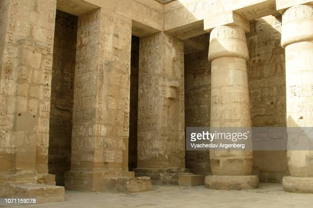 columns of the temple of ramesses iii, new kingdom, egypt - argenberg stock pictures, royalty-free photos & images