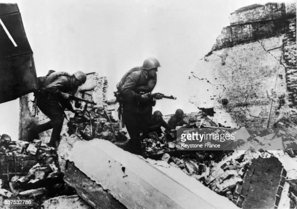 Combat dans les ruines de Stalingrad entre Allemands et Russes à Stalingrad URSS circa 1940