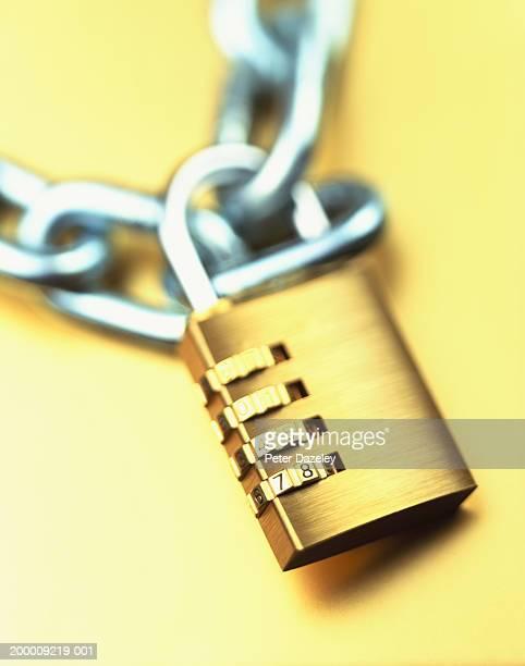 combination padlock and chain, close-up - betrouwbaar stockfoto's en -beelden