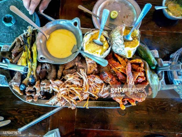 combinatie schotel van carne asada, pork carnitas en pork pastor meat met queso fundido, corn tortillas en een verscheidenheid aan salsa, een mexicaans cuisine feest - gerookte worst stockfoto's en -beelden