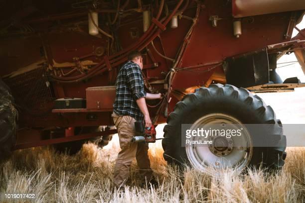 harvester idaho tarweveld werken combineren - tractor stockfoto's en -beelden