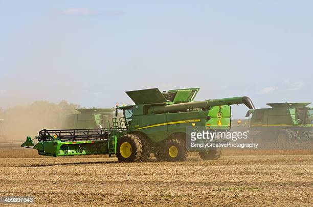combining soybeans - john deere stock pictures, royalty-free photos & images