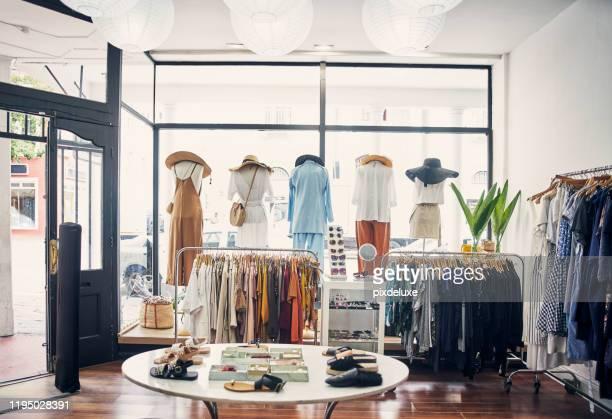 是たし、最もホットなファッションアイテムをつかむ - 衣料品店 ストックフォトと画像