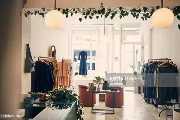 ven y junta tu atuendo - tienda de ropa fotografías e imágenes de stock