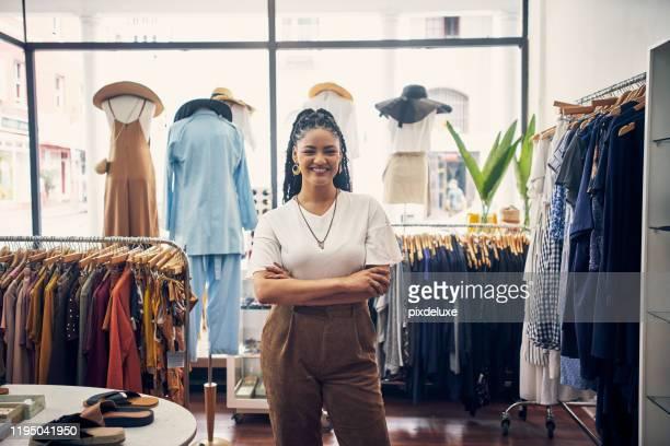 kom kolla in min butik - tjänstekvinna bildbanksfoton och bilder