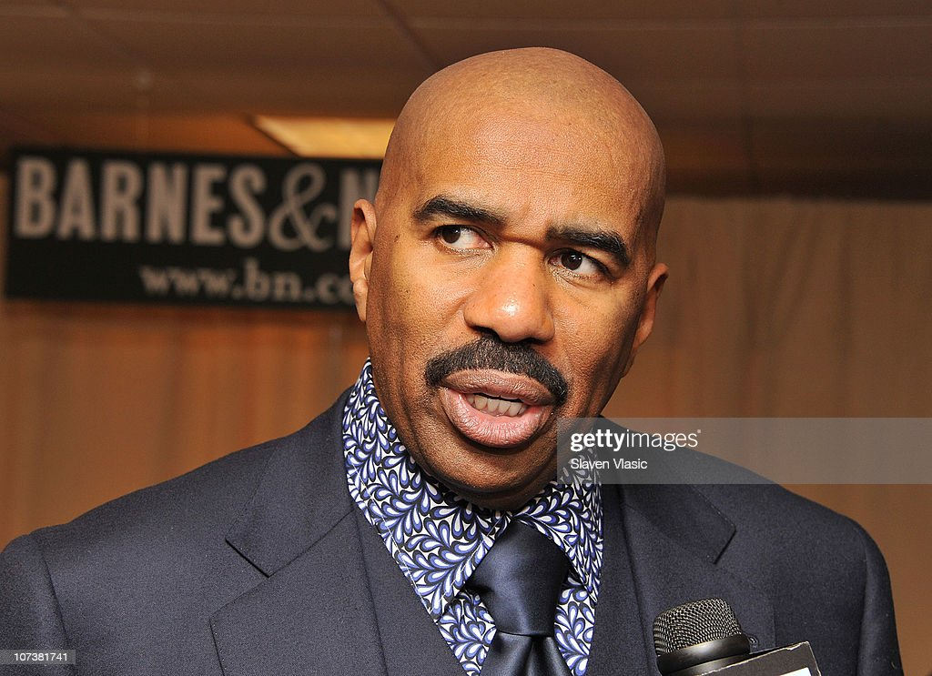 "Steve Harvey Signs Copies Of ""Straight Talk, No Chaser"" : News Photo"
