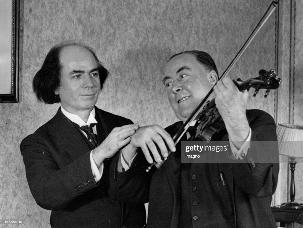 Comedian George Robey and violinist Jan Kubelik. The comedian tries on the violin (Emperor) to play the famous violinist. Great Britain. Photograph. About 1930. (Photo by Imagno/Getty Images) Komiker George Robey und Violinist Jan Kubelik. Der Komiker probiert auf der Geige (Emperor) des berühmten Violinisten zu spielen. Grossbritannien. Photographie. Um 1930.