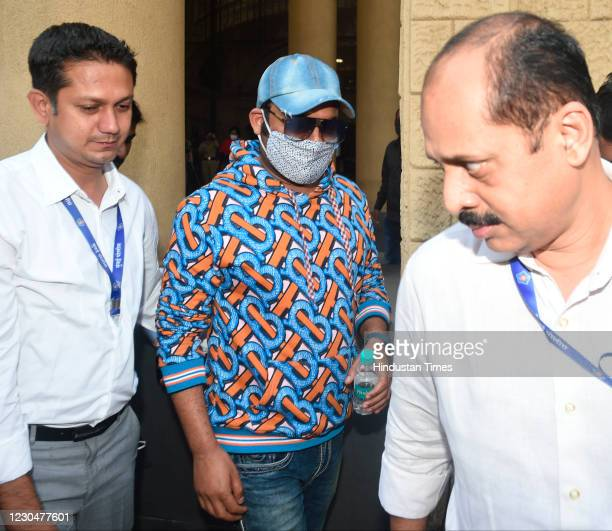 Comedian Kapil Sharma arrives at Crime Intelligence Unit after he was called for an inquiry against car designer Dilip Chhabria over fake car...