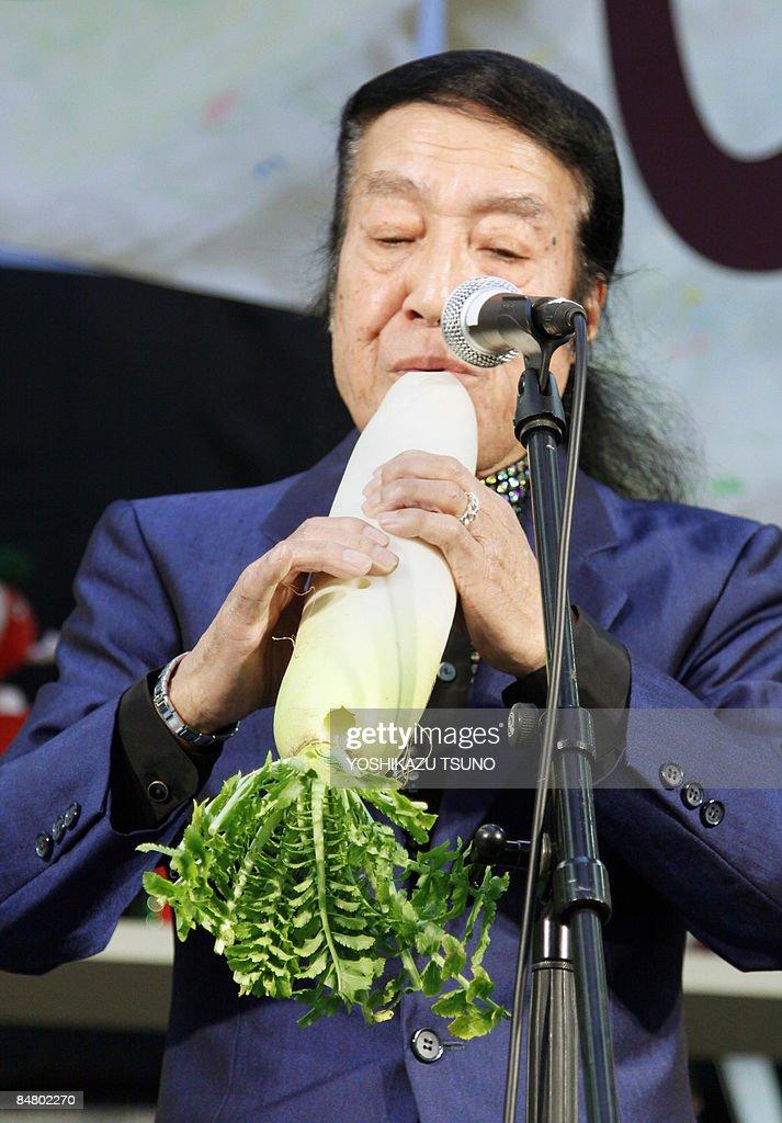 Comedian-musician Noboru Hata plays a so : News Photo