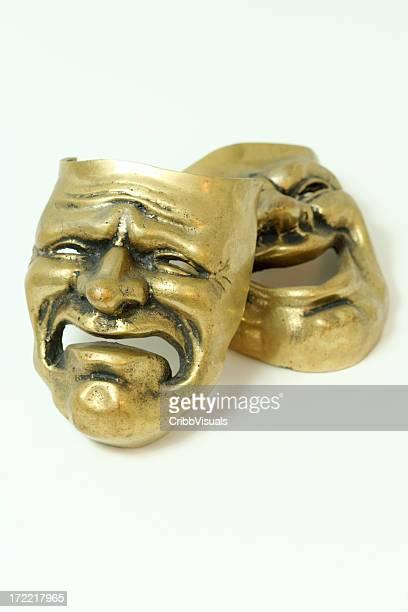 Komödie und Tragödie Messing Masken auf weißem Hintergrund.