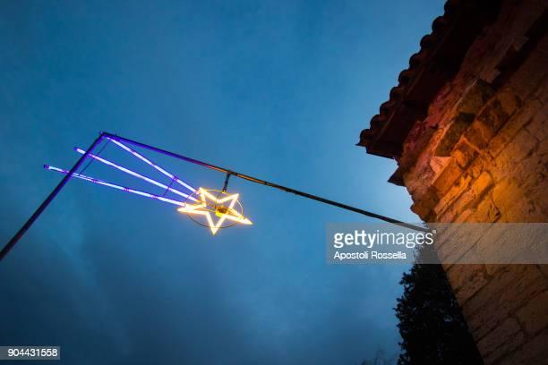 comet decoration light for christmas - stella cometa foto e immagini stock