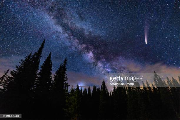 neowise comet in night sky with milky way galaxy - stella cometa foto e immagini stock