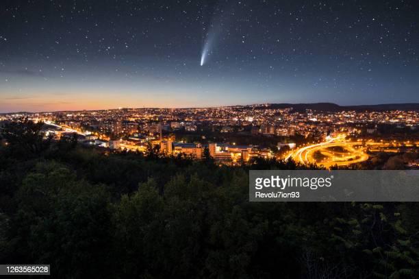 夜の街の上のネオワイズ彗星 - 宇宙・天文 ストックフォトと画像