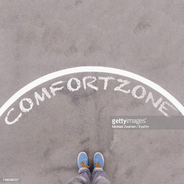 comfort zone written in chalk on street - comfortabel stockfoto's en -beelden
