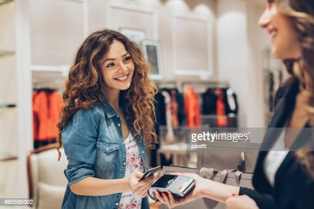 Comfortable contactless payment in the fashion store