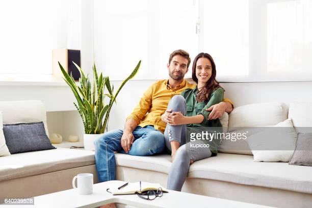 comfortable together at home - heterosexuelles paar stock-fotos und bilder
