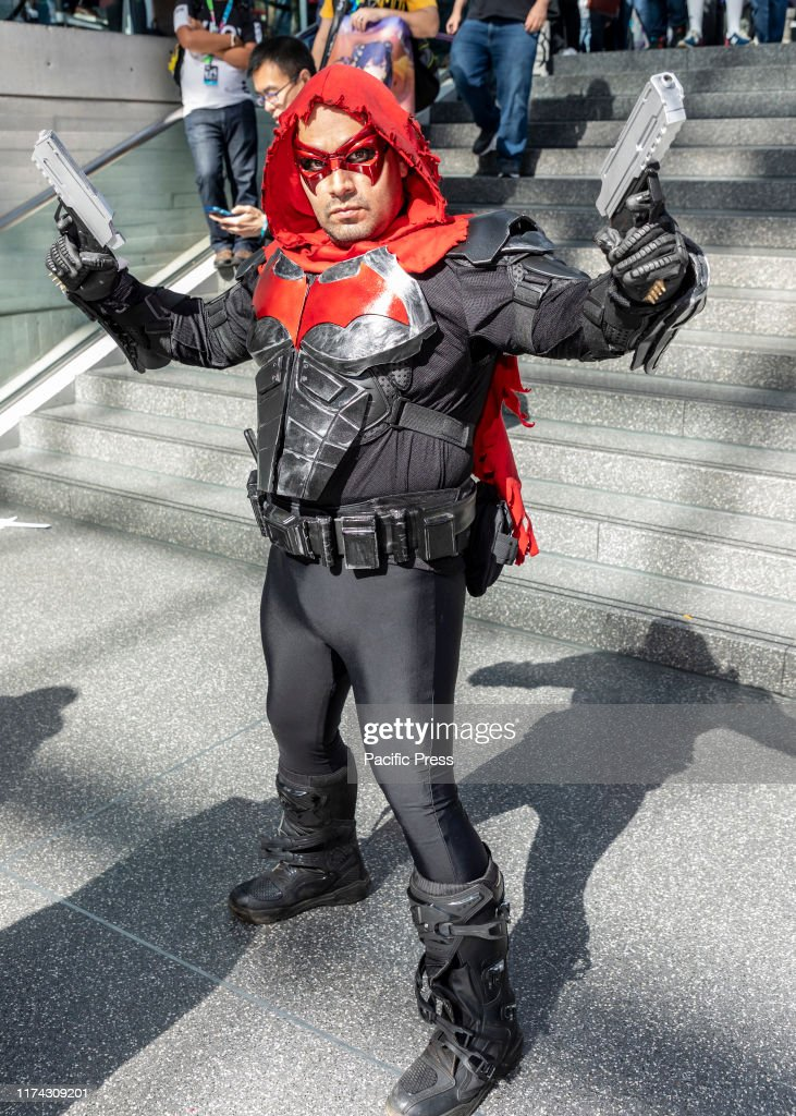 Comic Con attendee poses in a costume during Comic Con 2019... : Fotografia de notícias