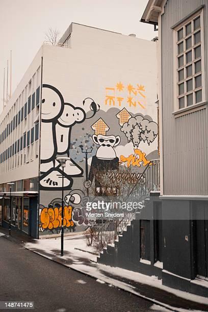 comic grafitti and paintings on shop wall along laugavegur. - merten snijders imagens e fotografias de stock