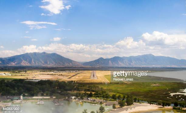 coming in for a landing at provo airport - spanish fork utah stock pictures, royalty-free photos & images