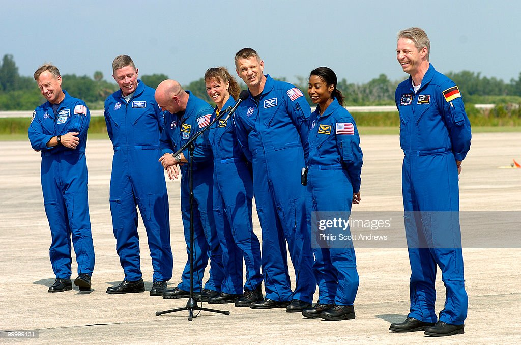 Commander Steve Lindsey, Mission Specialist Mike Fossum, Pilot Mark Kelly, Mission Specialists Lisa Nowak, Piers Sellers, Stephanie Wilson, and Station Expedition Flight Engeneer Thomas Reiter, a german from the European Space Agency arrive at the Kennedy Sapce Center in Cape Canaveral, Fla., June 27 2006. They are set to leave for a Space Shuttle mission to the International Space Station scedualed to take place July 1st.