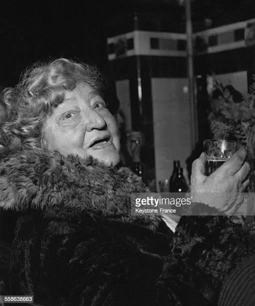 Comme chaque annee l'Armee du Salut organise un repas de Noel pour les necessiteux portrait d'une dame agee portant un toast a Paris France le 24...