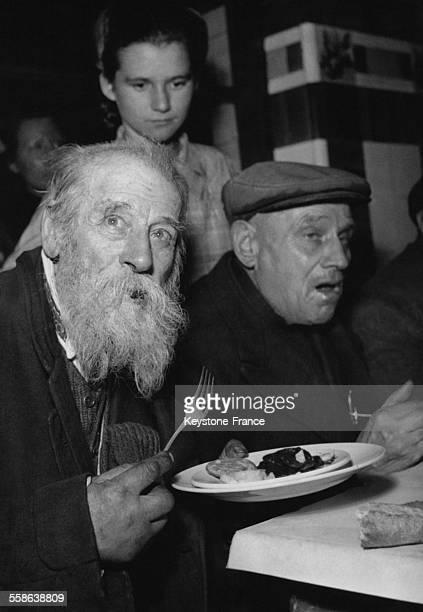 Comme chaque annee l'Armee du Salut organise un repas de Noel pour les necessiteux a Paris France le 24 decembre 1948