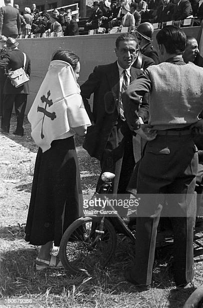 Ceremonies And Communists And Gaullists Demonstrations Paris 18 juin 1949 les cérémonies commémorant l'Appel du général De Gaulle du 18 juin 1940...