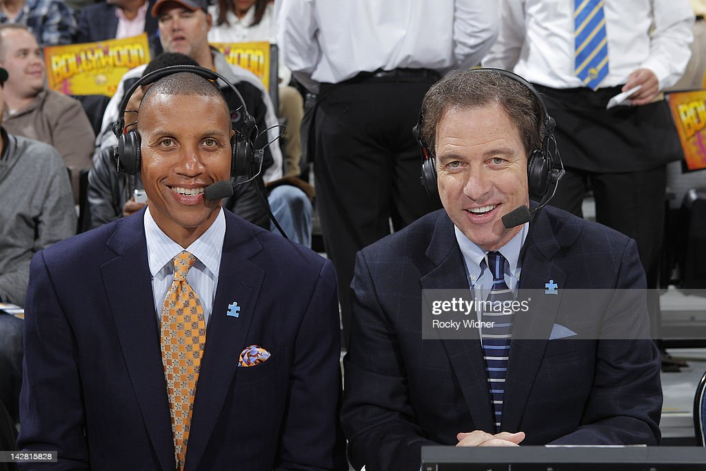 TNT commentators Reggie Miller and Kevin Harlan wear blue Autism