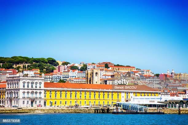 commerce square, se cathedral, casa dos bicos view of a boat, pembaline, lisbon, portugal. - casa stock-fotos und bilder