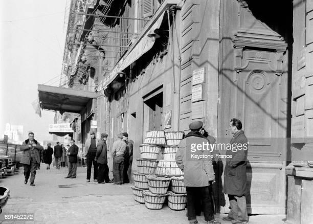 Commerces sur le port de Marseille France en 1955