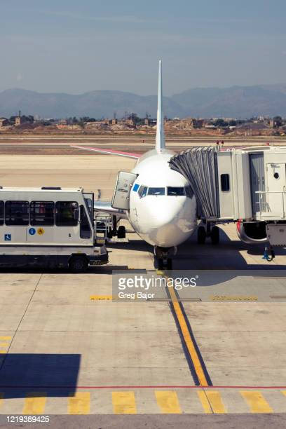 commercial airliner at the gate - greg bajor stock pictures, royalty-free photos & images