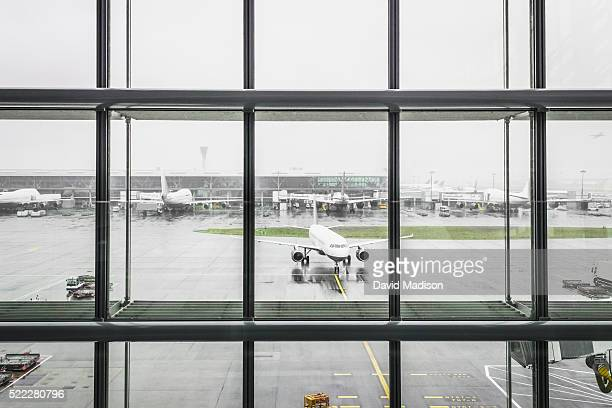 commercial airliners at airport - taxiway stock pictures, royalty-free photos & images