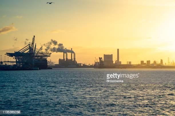 commerciële haven en industrieel district bij sunset light - haven stockfoto's en -beelden